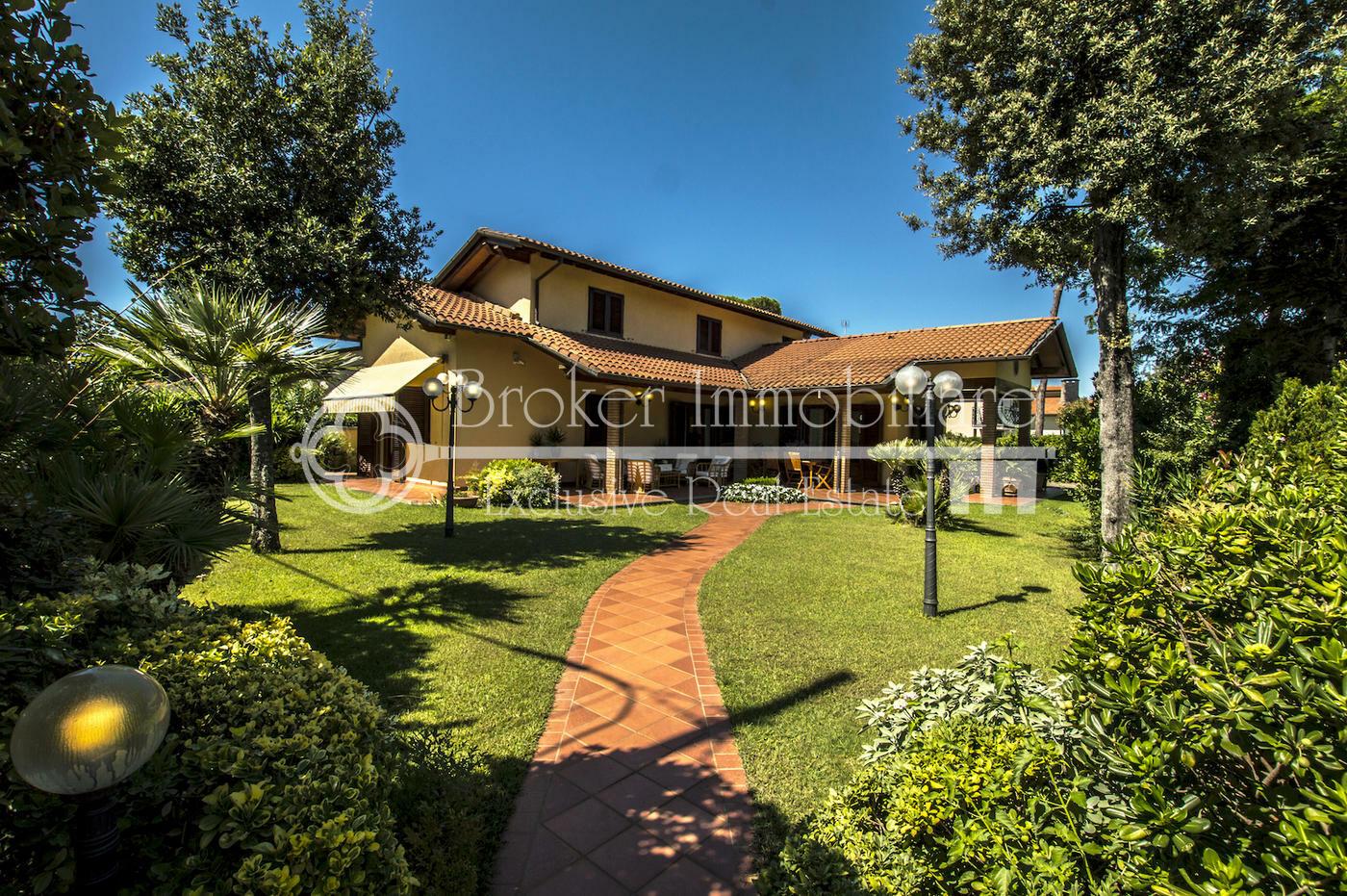 Elegante villa in vendita a Marina di Pietrasanta a 700 metri dal mare