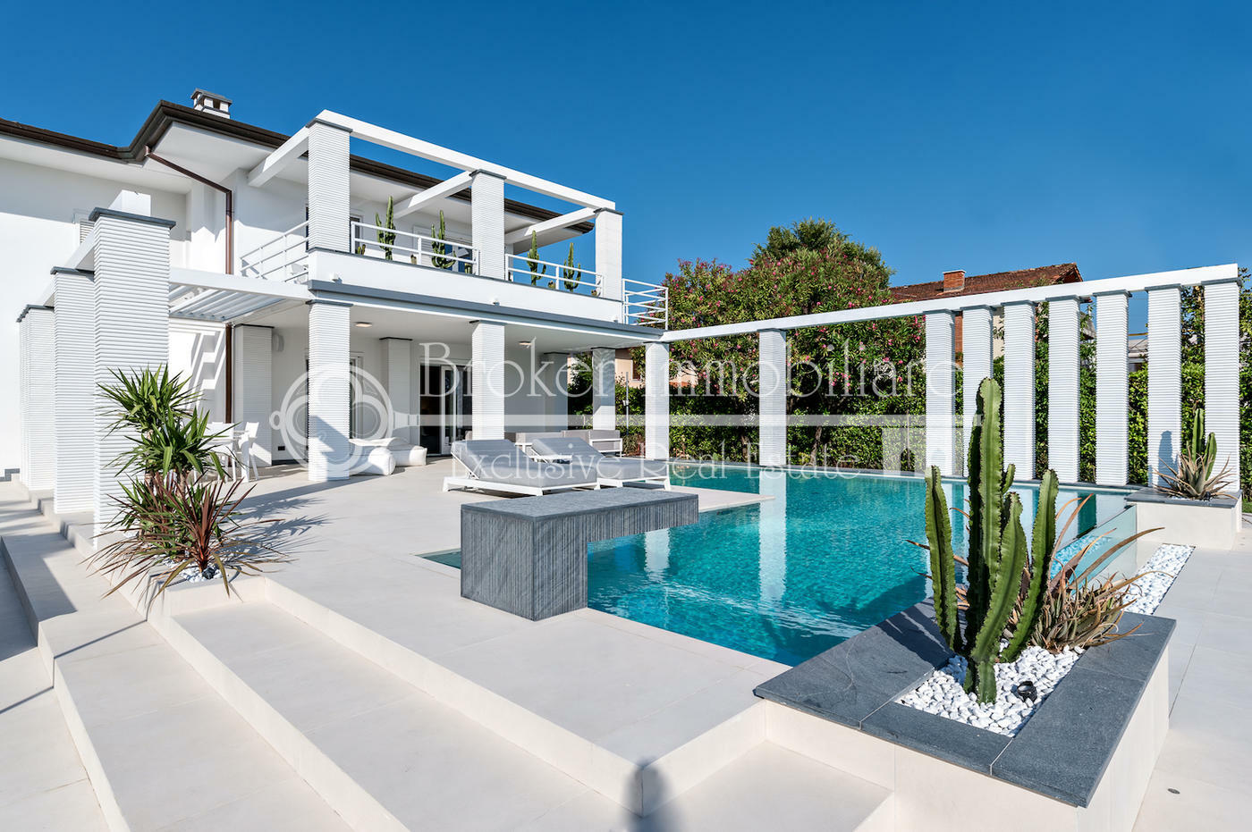 Moderna villa di lusso con piscina in vendita a Forte dei Marmi