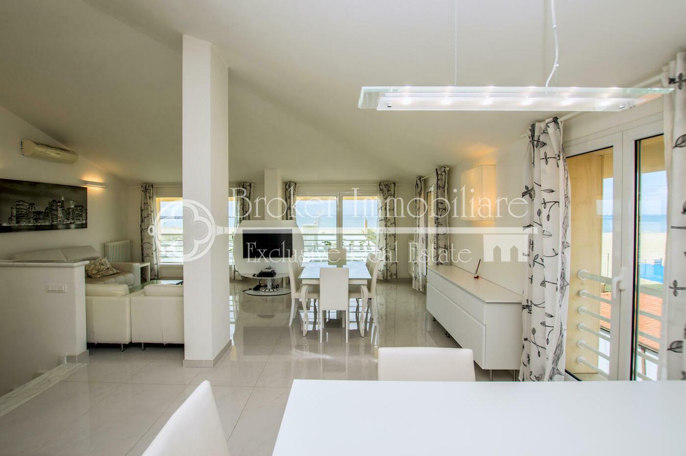 Appartamento in vendita a Viareggio con posto auto e vista mare
