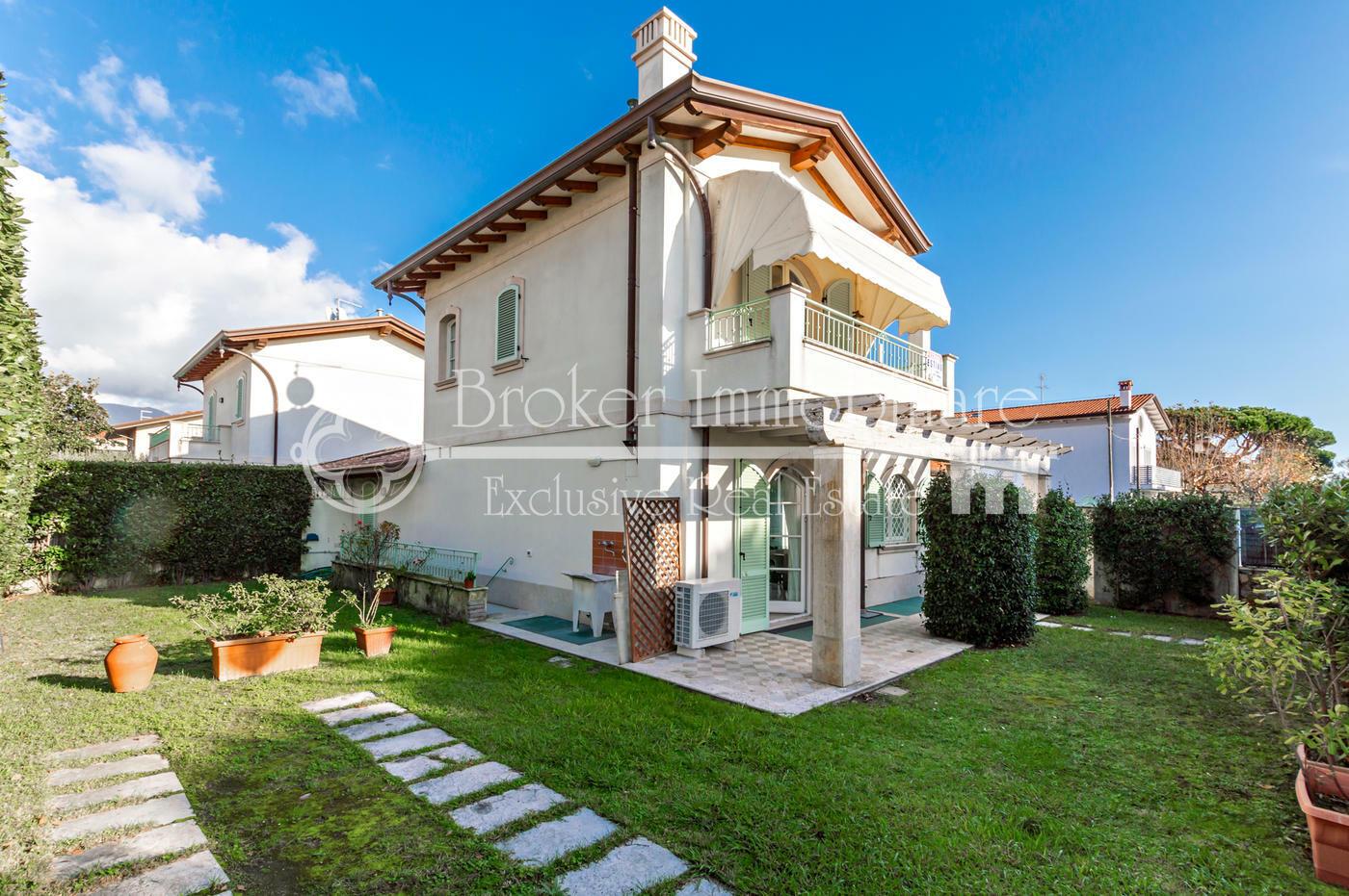 Villa bifamiliare in vendita nel centro di Cinquale a soli 200 metri dal mare