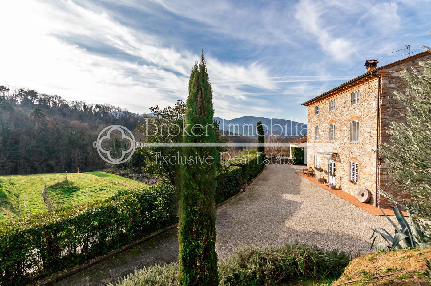 Splendido casale toscano in sasso in vendita sulle colline di Lucca