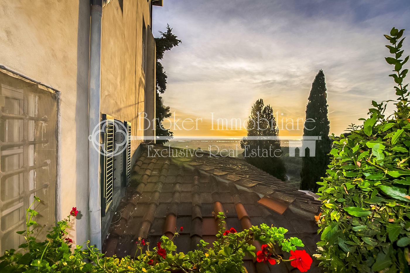 Appartamento in vendita, in villa d'epoca, sulle colline della Versilia